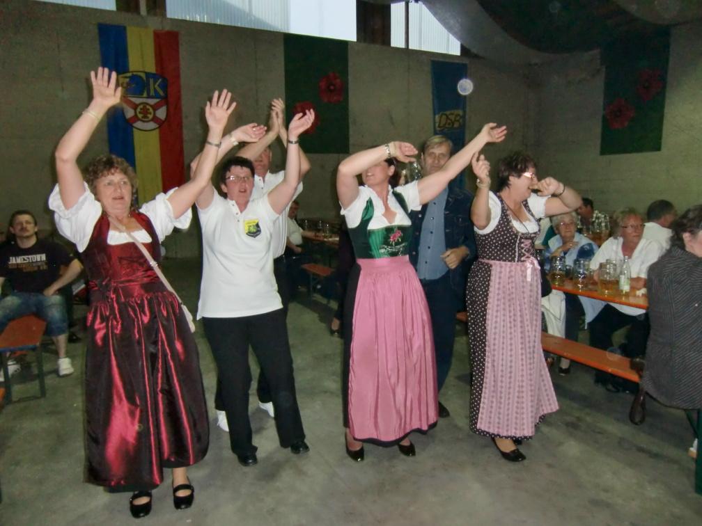 In der Festhalle toben sie alle zur Musik der Isertaler Hexen