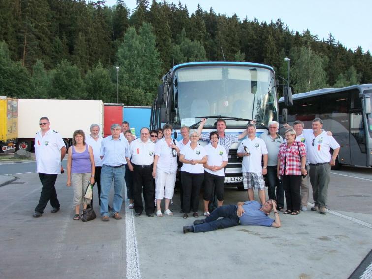 """Gruppenfoto auf der Heimreise mit """"Ikarus Bus"""""""