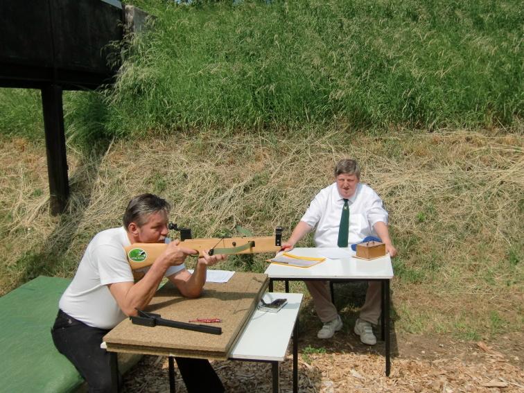 Wettkampfleiter Hansjürgen Kögler als Leiter des Schießens