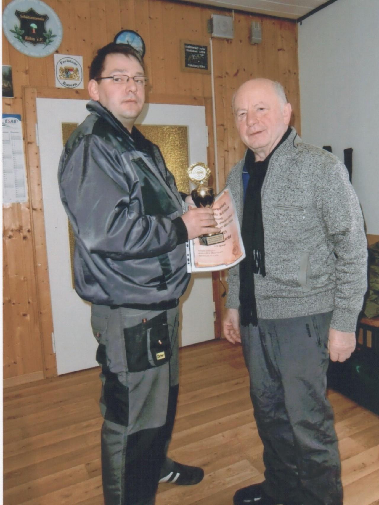 Manfred Ruhland überreicht den Pokal an Raiko Liehr